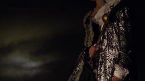 Een man en een vrouw in een oude kledij zijn schaakcijfers van de koning en de koningin Leef de schaakconcurrentie stock video