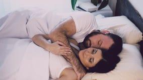 Een man en een vrouwenslaap naast echtgenoot en vrouw stock footage