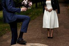 Een man geeft een vrouw bloeit Royalty-vrije Stock Foto