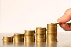 Een man hand die muntstukken in stapels zetten Bedrijfsconcept en de hoofdgroei royalty-vrije stock afbeelding