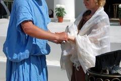 Een man snijdt de handen van een vrouw met een mes Prestaties Royalty-vrije Stock Fotografie