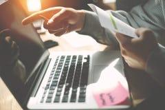 Een manager die aan het scherm van laptop richten Algemene bureaudag Administratie op de Lijst stock afbeeldingen