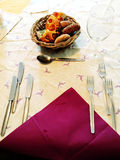 Een mand brood op het tafelkleed van een lijst Stock Fotografie