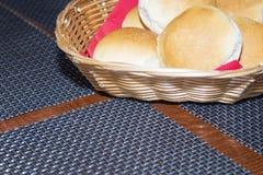 Een mand gebakjes op de lijst Stock Foto's