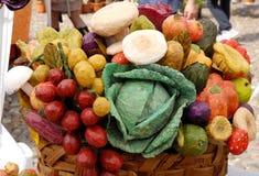 Een mand kleuren Stock Afbeeldingen