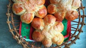 in een mand een prachtige muffin, verse, blozende broodjes Stock Fotografie