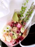 Een mand van bloemen Stock Foto's
