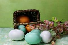 Een mand van eieren Stock Afbeelding