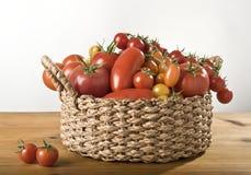 Een mand van tomaten Stock Afbeelding