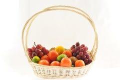 Een mandvol van diverse vruchten Stock Foto