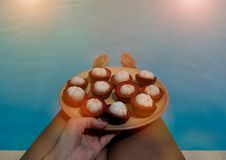 Een mangostan op meisjesknieën bij het zwembad royalty-vrije stock foto