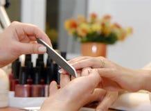 Een manicure is in een schoonheidssalon Stock Afbeeldingen