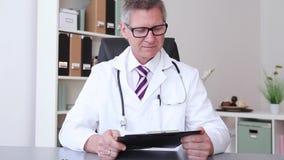 Een mannelijke arts die een duim opgeven stock videobeelden