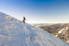 Een mannelijke bergbeklimmer die bergop op een gletsjer loopt Bergbeklimmer reac Royalty-vrije Stock Fotografie
