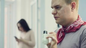 Een mannelijke grimeur zet op samenstelling een jonge vrouw De meester vertelt over make-up voor een groep meisjes Hoofdklasse stock footage