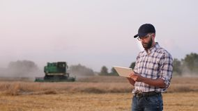 Een mannelijke landbouwer gebruikt een digitale tablet op het gebied stock video