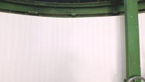 Een mannelijke onderzoeker roteert het handwiel van het openingsmechanisme van de koepeldeuren van een zonnewaarnemingscentrum we stock footage