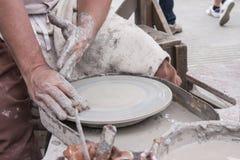 Een mannelijke pottenbakker bereidt zijn aardewerkwiel voor Royalty-vrije Stock Foto's