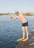 Een mannelijke zwemmer op de bank Royalty-vrije Stock Afbeelding