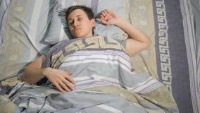 Een mannetje ontwaakt in de ochtend stock videobeelden