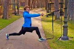 Een mant die in een park met de stroken van de trxgeschiktheid uitoefenen Royalty-vrije Stock Foto