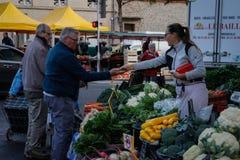 Een markt van de ochtendstraat in het stadscentrum met verse landbouwbedrijfgroenten royalty-vrije stock foto