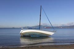 Een Marooned Zeilboot Stock Foto's
