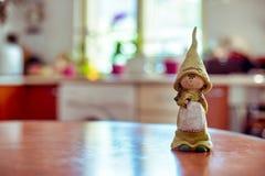 Een mascottemeisje vertelt u de goedemorgen in de keuken stock foto