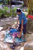 Een massagetherapeut voert Thaise massage in het park uit royalty-vrije stock afbeeldingen