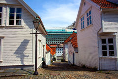 Een massief cruiseschip en huizen Royalty-vrije Stock Foto