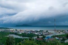 Een Massief tropisch onweer ongeveer om Tolitoli, Indonesië te raken stock foto