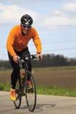 Een mededinger kleedde zich in sinaasappel en zwarte Royalty-vrije Stock Fotografie