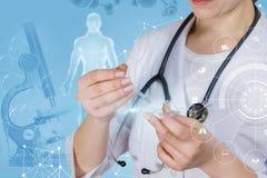 Een medische arbeider onderzoekt een steekproef stock foto's