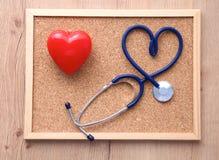 Een medische stethoscoop dichtbij laptop op houten Royalty-vrije Stock Afbeeldingen