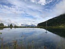 Een meer in de Alpen van Oostenrijk stock afbeelding