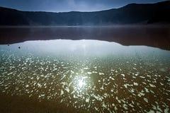 Een meer in de caldera van de Al Wahbah-krater stock fotografie