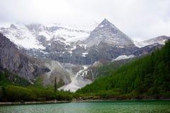 Een meer, de Sneeuwberg van Daocheng Stock Foto's