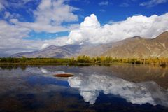 Een meer dichtbij stad Lhasa Stock Afbeeldingen