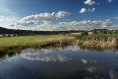 Een meer en wolken Stock Foto's