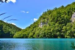Een meer met lichtgevend azuurblauw-gekleurd water stock afbeelding
