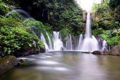 Een meer met watervallen Stock Afbeeldingen