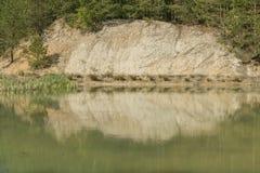 Een meer onder bossen stock fotografie