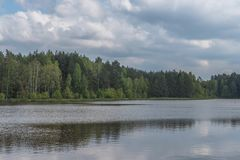 Een meer onder bossen royalty-vrije stock fotografie