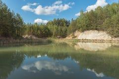 Een meer onder bossen stock foto's