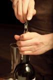 Een meer sommelier het openen wijnfles stock foto's