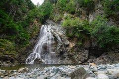 Een meeslepende waterval in het bos dichtbij Kitimat, Brits Colombia stock foto
