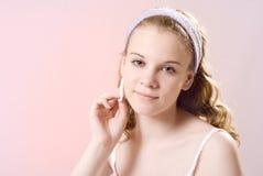 Een meisje behandelt de huid Royalty-vrije Stock Afbeelding