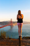 Een meisje bekijkt in Golden gate bridge in San Francisco Stock Afbeelding