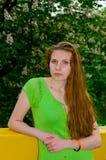 Een meisje bevindt zich bij de bloeiende kastanje Royalty-vrije Stock Foto