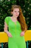 Een meisje bevindt zich bij de bloeiende kastanje Royalty-vrije Stock Foto's